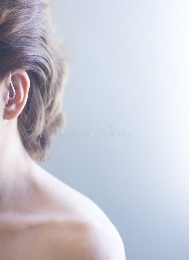 Hörapparat i öra royaltyfria foton