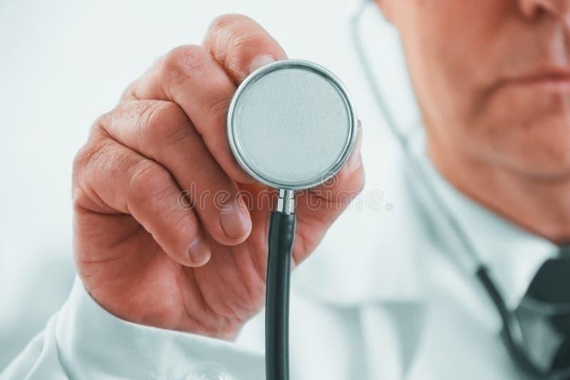Hören mit Stethoskop stockfoto