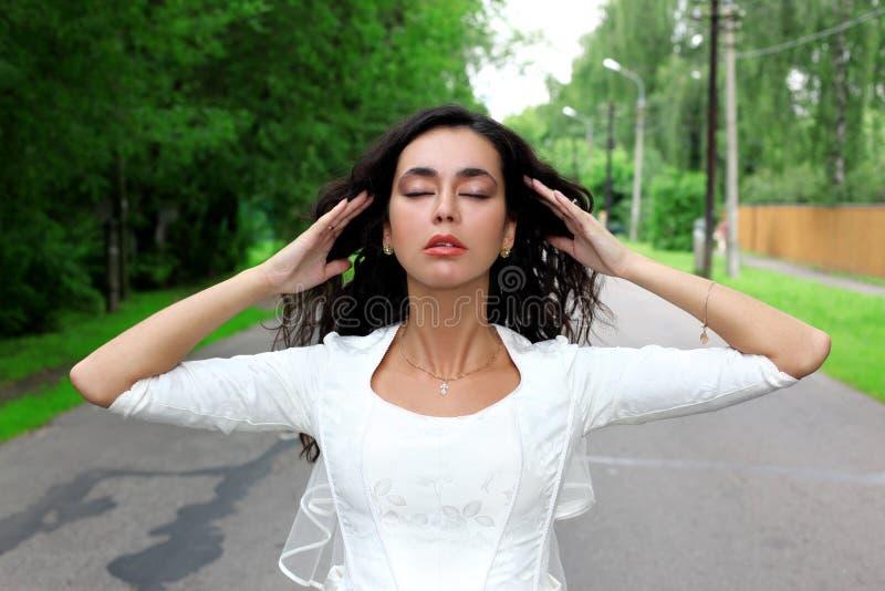 Hören Ruhe - Braut im weißen Kleid lizenzfreie stockfotografie