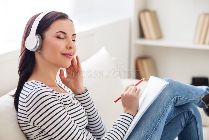 Hören wunderbarer Ton und schreiben lizenzfreie stockbilder