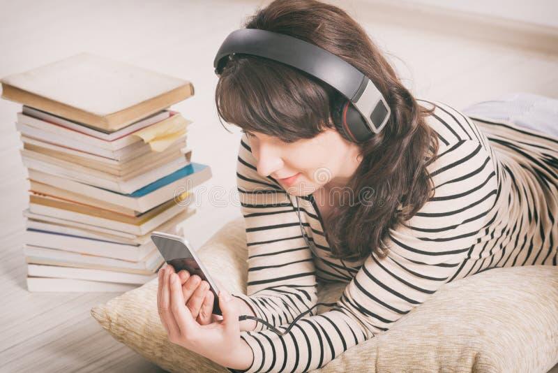 Hörende Frau ein audiobook lizenzfreies stockbild