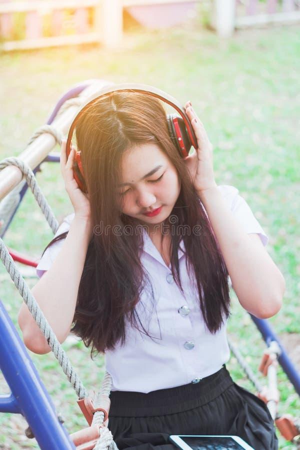 Hörende Musik Dame vom intelligenten Telefon mit den Kopfhörern im Freien lizenzfreie stockbilder