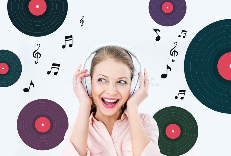 Hörende Musik der Frau mit Kopfhörern lizenzfreies stockbild