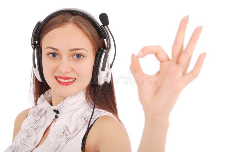 Hörende Musik der hübschen Jugendlichen auf ihren Kopfhörern lizenzfreies stockbild