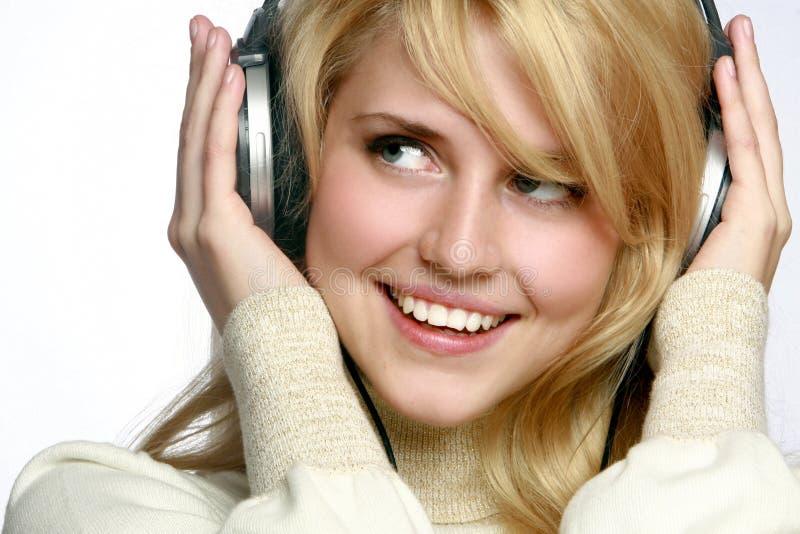 Hörende Musik der schönen Art und Weisefrau stockfotos