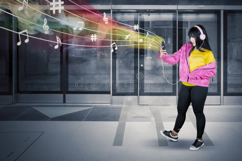 Hörende Musik des Hip-Hop-Tänzers in der MRT-Station stockfotos
