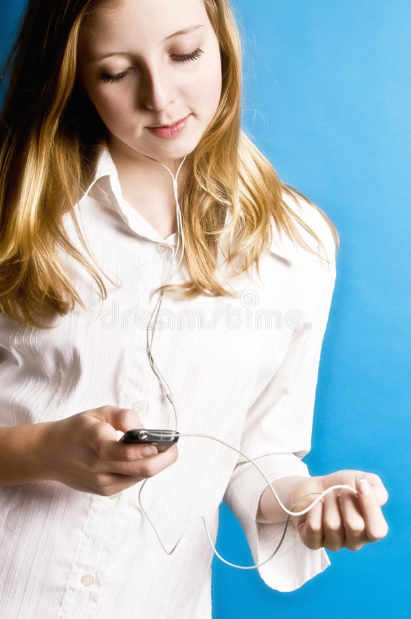 Hörende Musik des Jugendlichen stockfotos