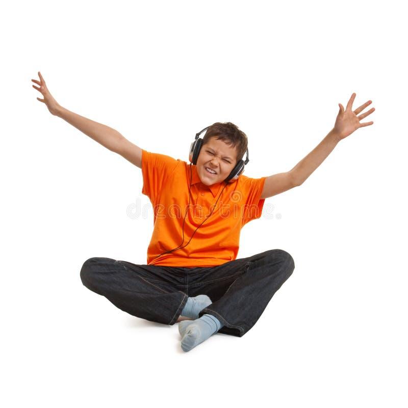 Hörende Musik des Jugendlichjungen lizenzfreie stockbilder