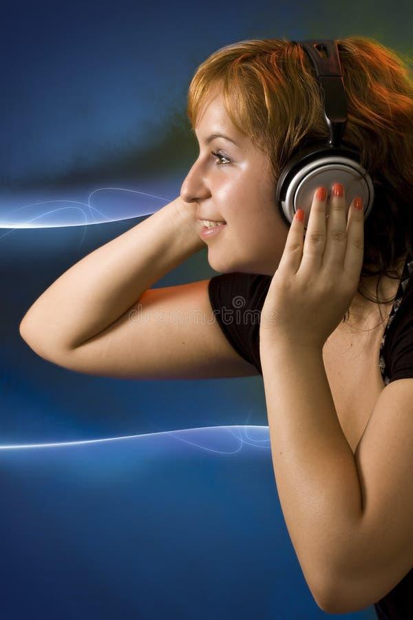 Hörende Musik des jungen Mädchens stockbilder