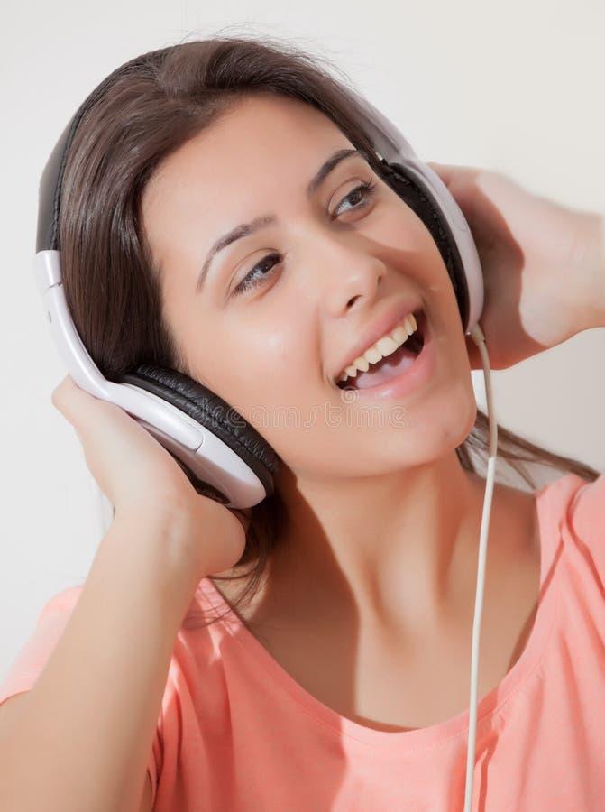 Hörende Musik des jungen Mädchens stockfotografie