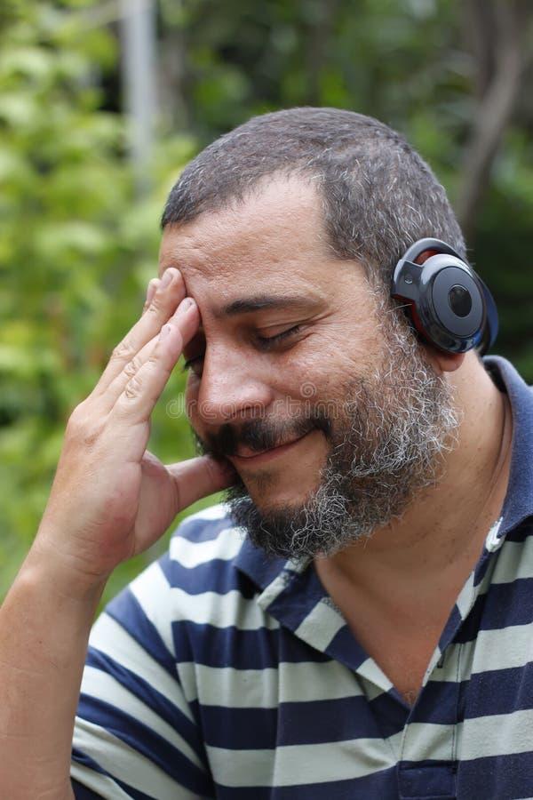 Hörende Musik des Mannes stockfotos