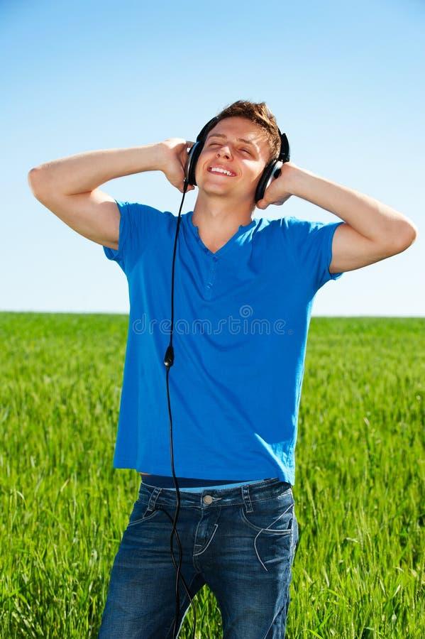 Hörende Musik des Mannes mit Vergnügen lizenzfreies stockbild