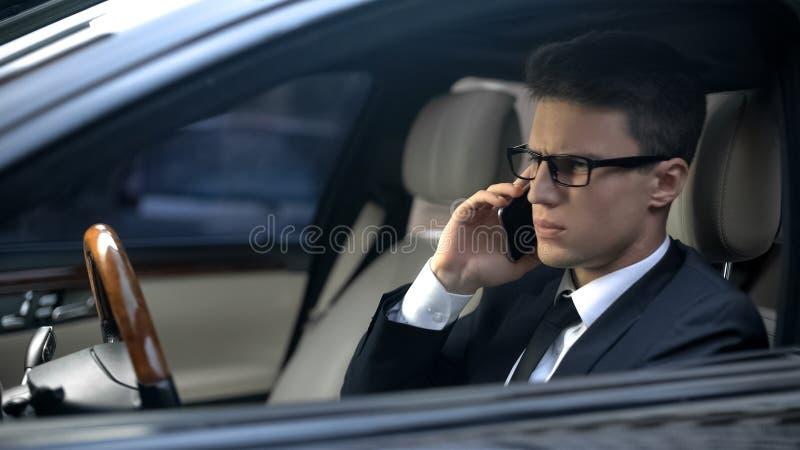 Hörende schlechte Nachrichten des besorgten Geschäftsmannes bei der Unterhaltung am Telefon, ausfallen Vertrag lizenzfreies stockbild