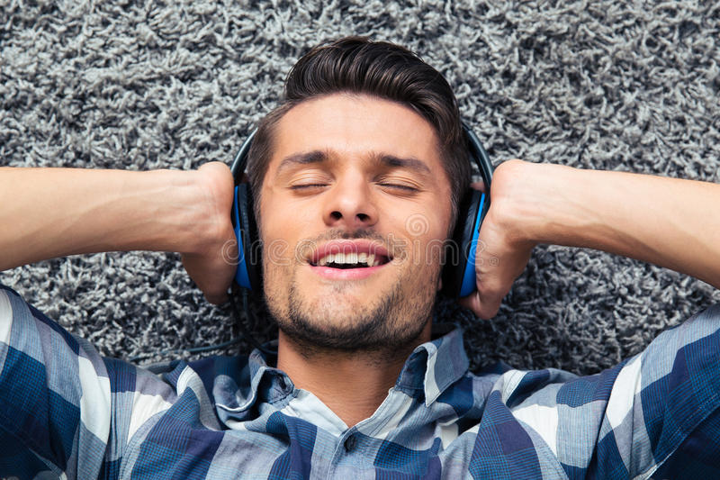 Hörender Mann die Musik lizenzfreie stockfotos