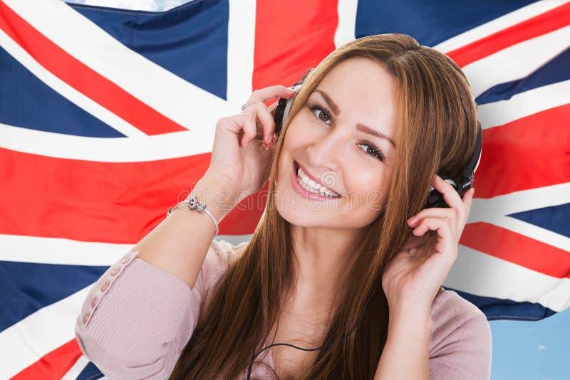Hörendes audiobook englische Sprache der Frau lizenzfreies stockbild