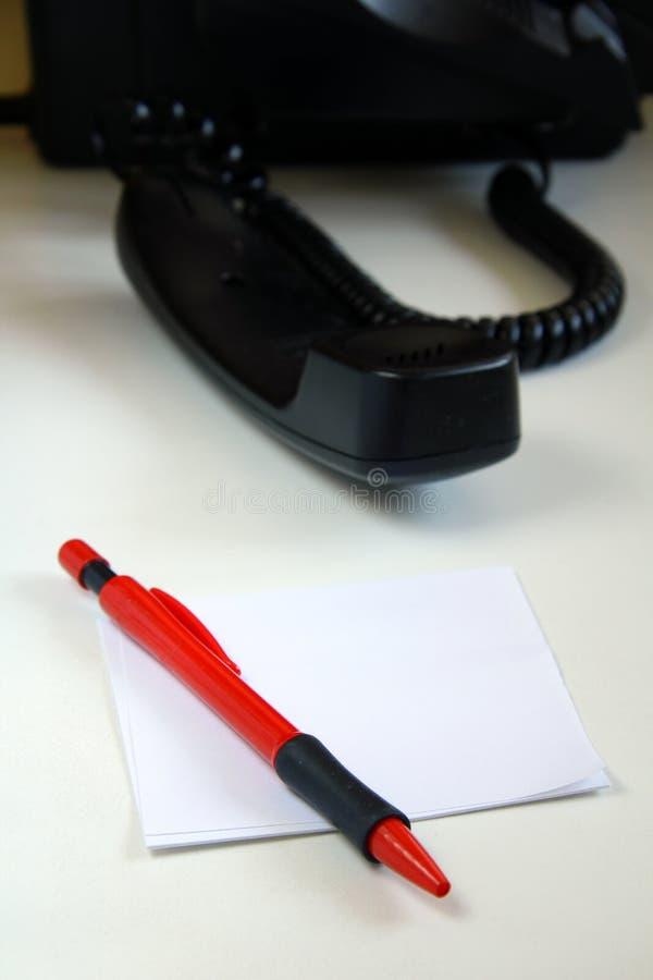 Hörer und eine rote Feder lizenzfreies stockfoto