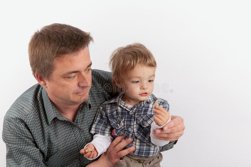 Hörgeräte in der Familie - bringen Sie das Zeigen seiner Hörgeräte zu hervor stockbild