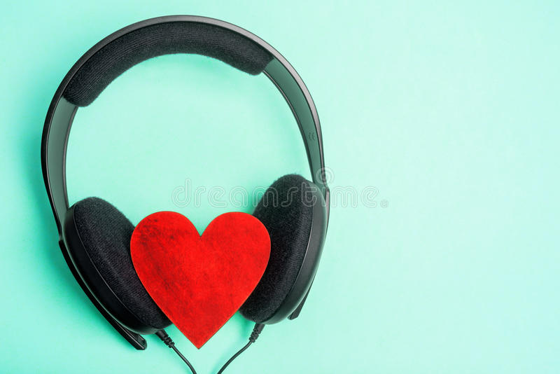 Hörlurar + hjärta arkivbilder
