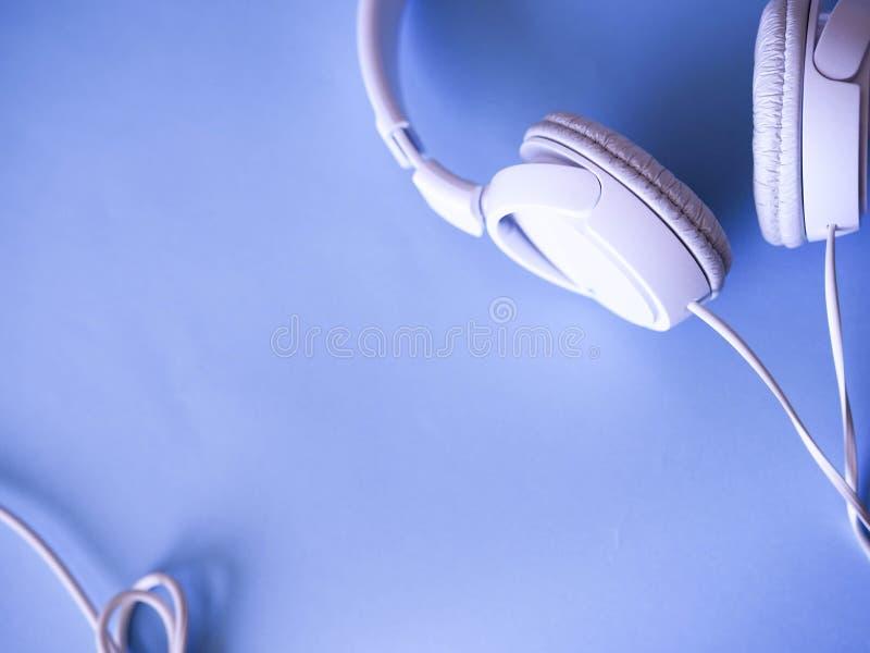 Hörlurar ligger bakgrund arkivfoton