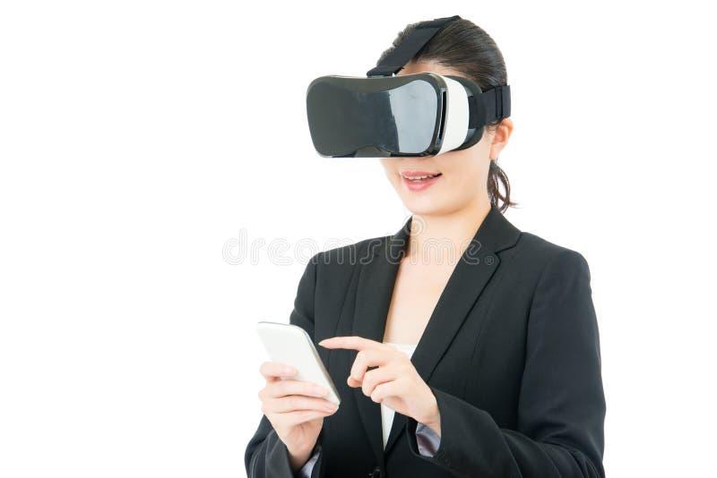 Hörlurar med mikrofon för kontroll VR för telefon för asiatiskt bruk för affärskvinna smart royaltyfri bild