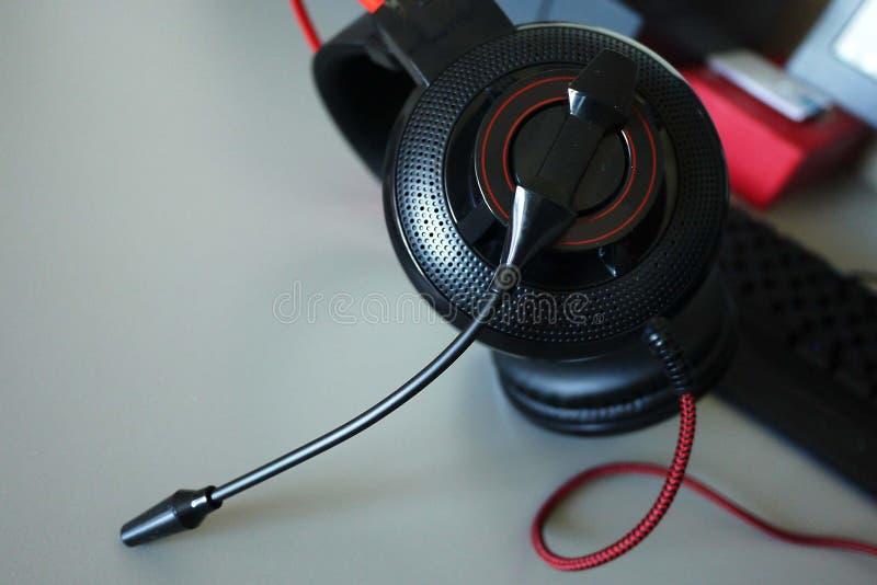 Hörlurar med mikrofon-hörlurar för lekar och kommunikationen, detaljer, närbild royaltyfria bilder