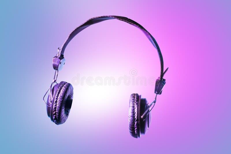 Hörlurar med mikrofon för musik En modern och moderiktig hörlurar med mikrofon med skumöronskydd täckte in fine läder fotografering för bildbyråer