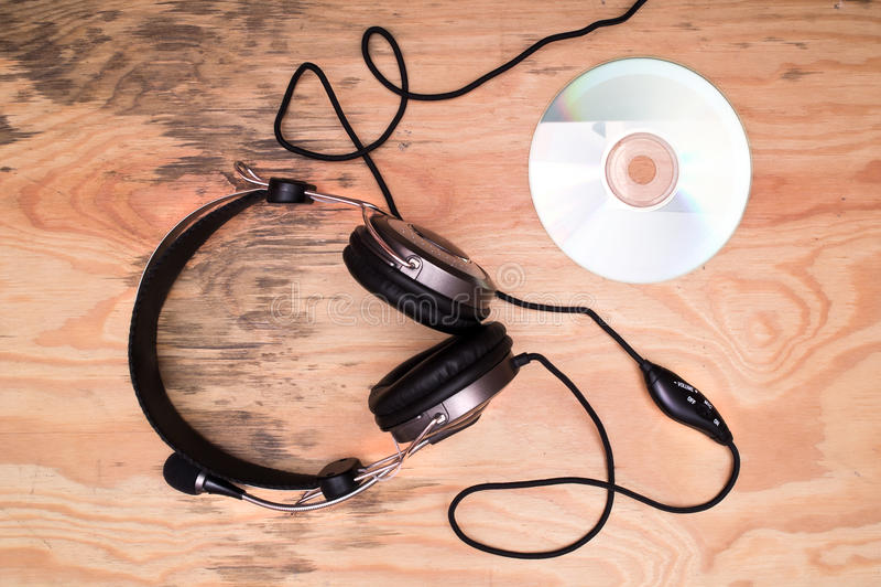 Hörlurar och CD-SKIVA arkivfoto