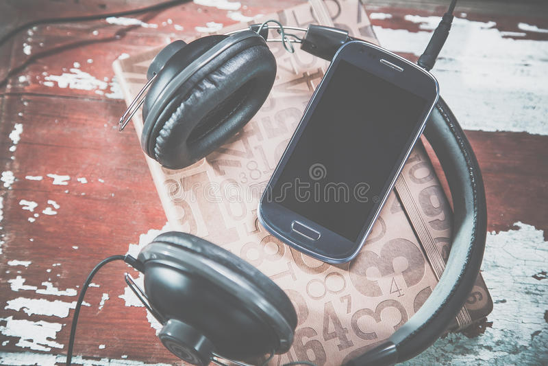 Hörlurar och telefontappningfoto, lyssnar till musik arkivbilder