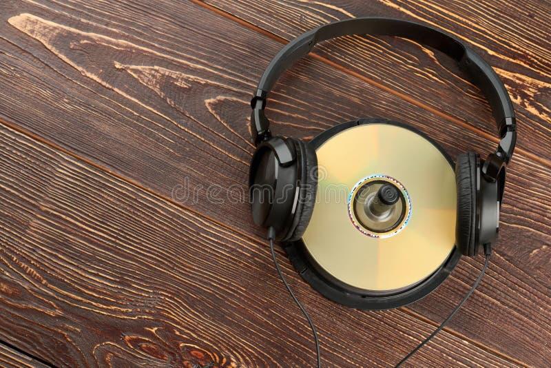 Hörlurar på CD- och kopieringsutrymme arkivbild