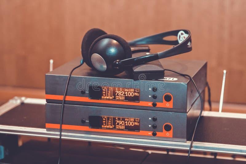 Hörlurar som används för utrustning för tolkning för samtidig översättningsutrustning samtidig arkivbilder