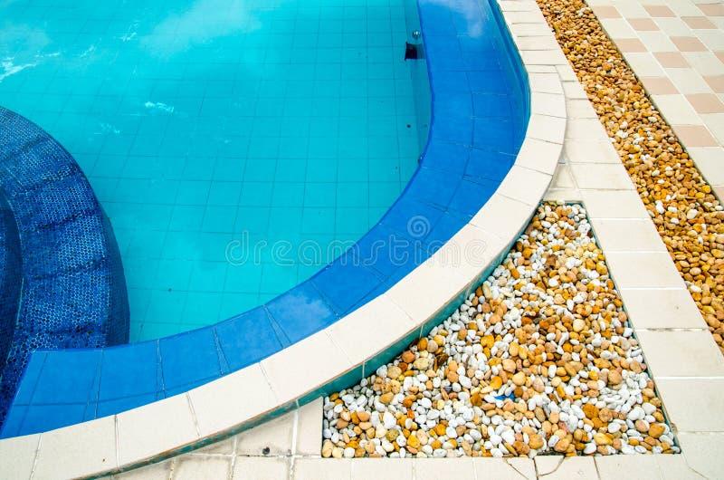 Hörn av en utomhus- simbassäng arkivbilder
