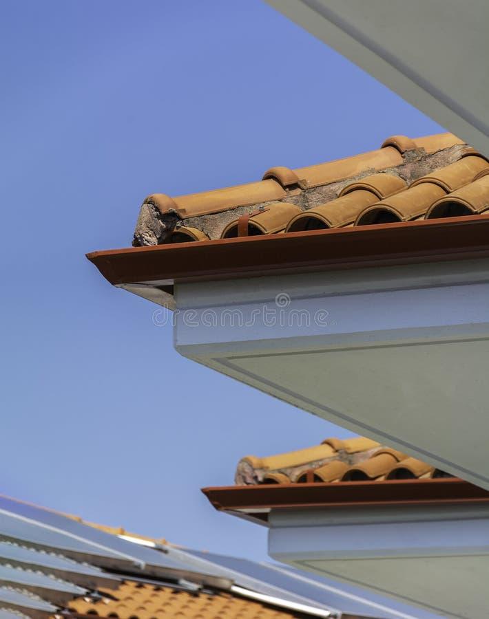 Hörn av takblast mot blå klar himmel med för bildskott för solpaneler vertikal lera för tak för bakgrund för bakgrund royaltyfria foton