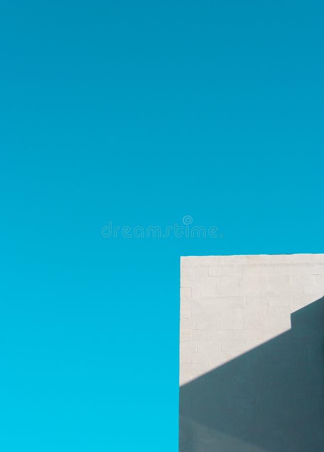 Hörn av vit byggnad mot klar himmel royaltyfri fotografi