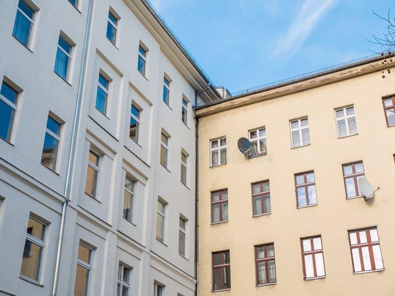 Hörn av vit och gula låga löneförhöjningbyggnader arkivfoto