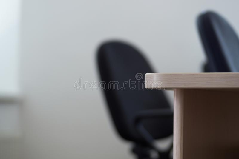 Hörn för kontorsskrivbord, i bakgrundskontorsstolarna royaltyfria foton