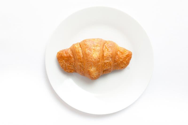 Hörnchen auf weißer Platte, Draufsicht Schweiß gebackener Nachtisch in einem DIS lizenzfreie stockfotografie