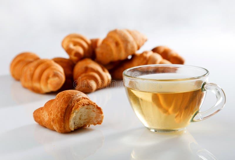 Hörnchen mit Tee stockfotos