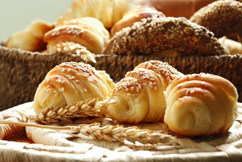 Hörnchen und verschiedene Bäckereiprodukte stockfotos
