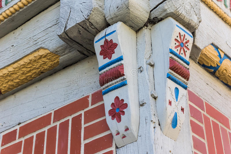 Hörndetaljen av en färgrik halva timrade huset i Verden royaltyfri foto