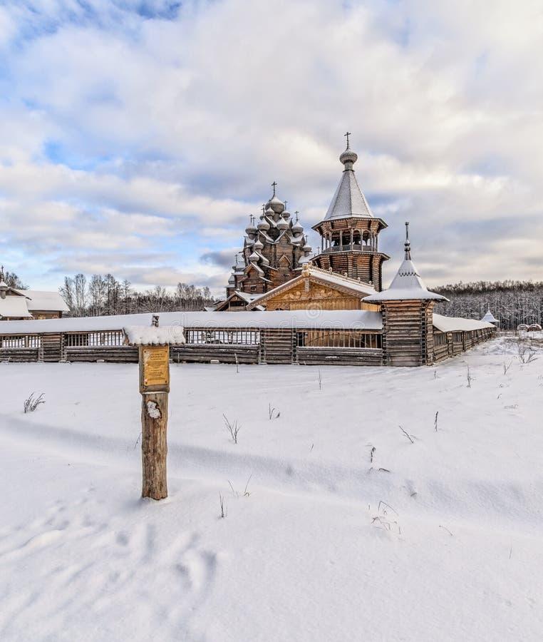 Hörnsikten av den Pokrovskaya kyrkan arkivfoto