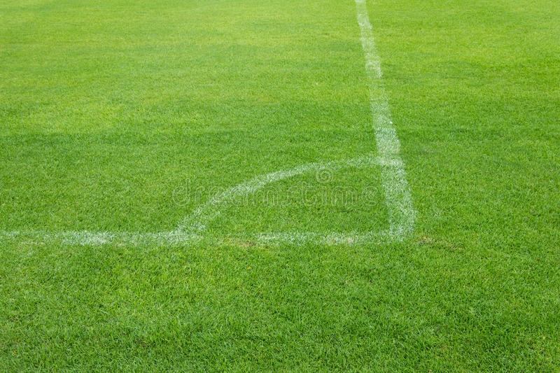 Hörnspark av fotboll på gräs arkivbilder