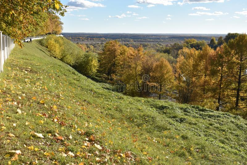 Höst i den forntida staden av den Vladimir Golden cirkeln av Ryssland arkivfoton