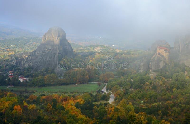 Höst i Meteora, Grekland - sikt på den Kastraki byn och kloster av St Nicholas Anapavsa royaltyfri foto