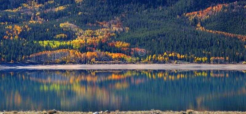 Höst i tvilling- sjöar Colorado arkivbilder
