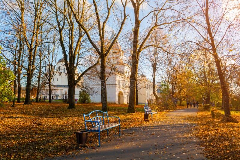 Höst i Veliky Novgorod, Ryssland Parkera gränden på den Yaroslav borggården royaltyfri fotografi