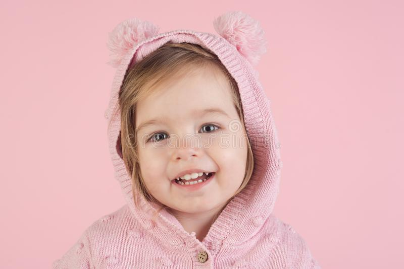 höst- och vårungemode barndom och lycka le för liten flickabarn barnfadergyckel som har att leka tillsammans Liten lycklig flicka arkivbild