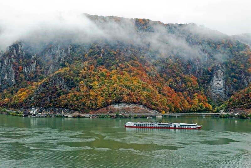 Höst på Donauklyftorna royaltyfri bild
