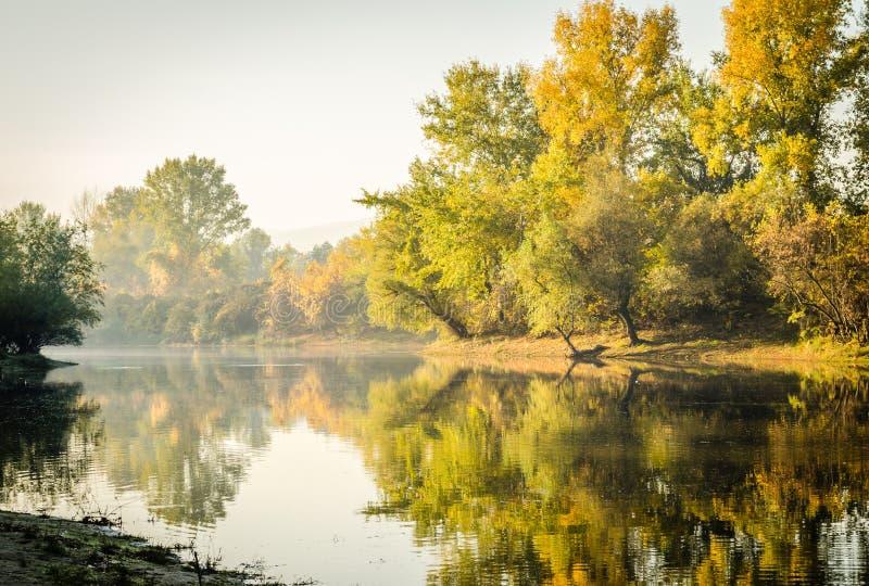 Höst på sjön arkivbilder