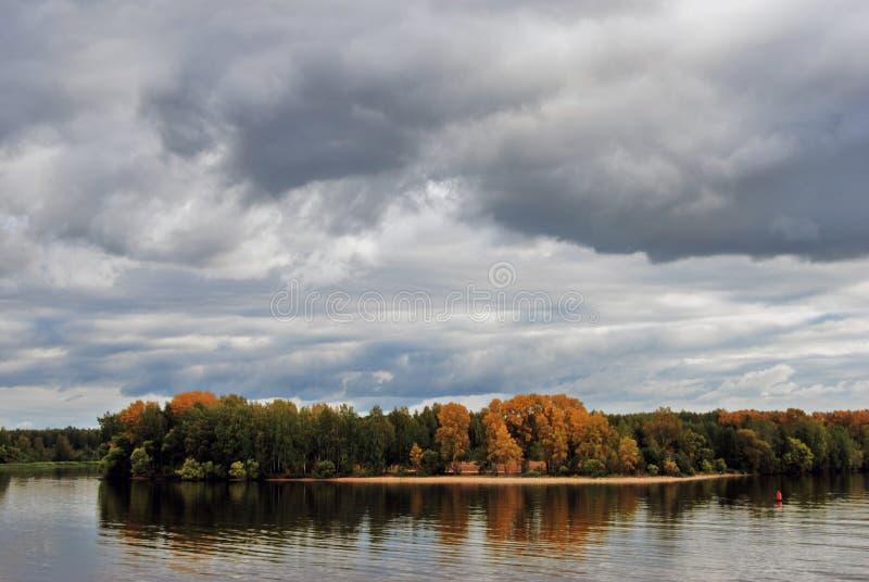 Höst på Volgaet River Gula och gröna träd blått vatten royaltyfria bilder
