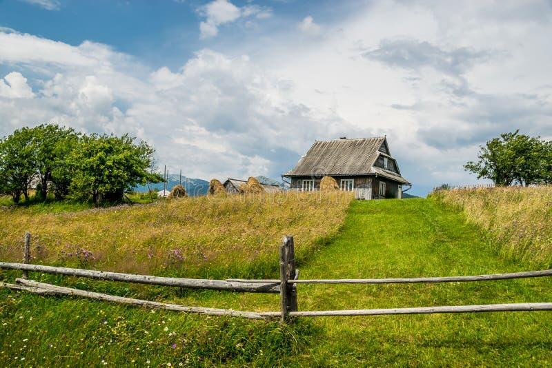 Höstackar och lantligt hus arkivfoto